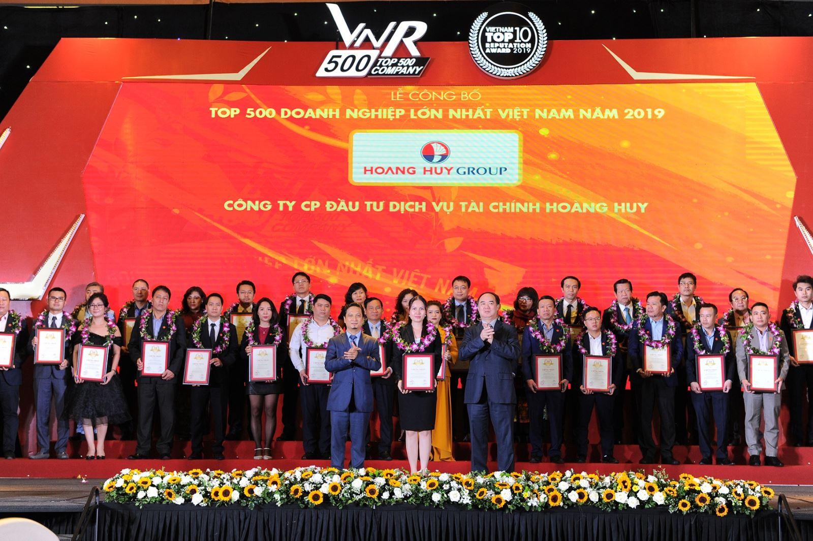 BàĐỗ Thị Liên – Đại diện Lãnh đạo TCHnhận giải thưởng từBan Tổ chứcVNR500